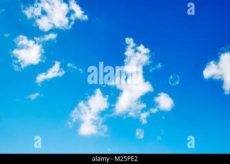 Seifenblasen vor dem Hintergrund des blauen Himmels. Stockfoto
