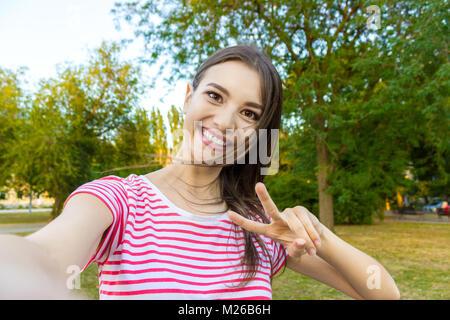 In der Nähe der trendigen Mädchen Gesicht macht selfie Foto. - Stockfoto