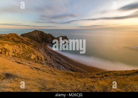 Der Blick hinunter über Durdle Door Strand in Dorset. - Stockfoto