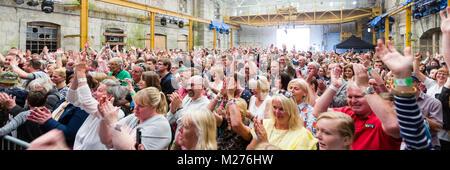Ein Publikum applaudiert begeistert am Ende einer musikalischen Performance von Seth Lakeman.
