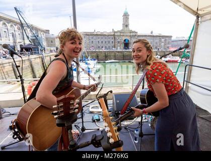 Das musikalische Duo Gesang der Sirenen live auf der Bühne des Royal William Yard Festival in Plymouth. - Stockfoto
