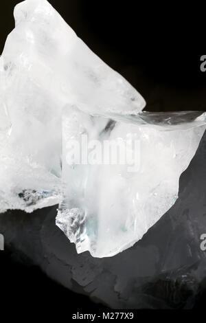 Große Stücke des Eises auf schwarzem Hintergrund - Stockfoto