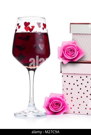 Glas Rotwein mit Herzen und rosa Geschenkbox und Rose zum Valentinstag auf weißem Hintergrund - Stockfoto