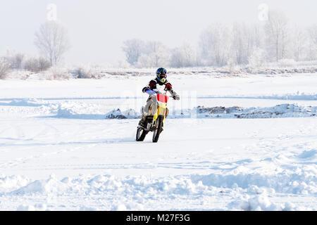 Closeup mann Biker fährt ein Motorrad auf einem verschneiten Hügel während Tasse winter Motocross. Extreme Biker - Stockfoto