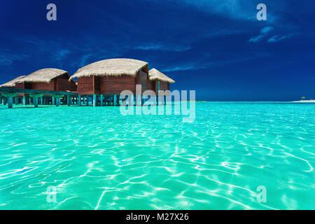 Über Wasser Bungalows mit Schritte in die Lagune, Malediven - Stockfoto