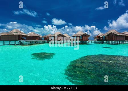 Über Wasser Bungalows mit Schritte ins Coral Lagoon, Malediven - Stockfoto