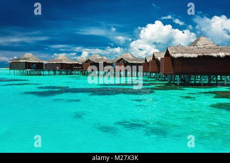 Über Wasser Bungalows mit Schritte in die Lagune mit Coral, Malediven - Stockfoto