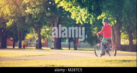 Kind auf dem Fahrrad - Stockfoto