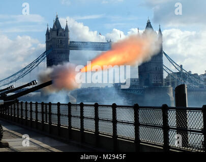 London, Großbritannien. 6. Februar, 2018. Honourable Artillery Company 62 gun Salute an der Tower Bridge für die - Stockfoto