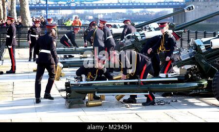 London, Großbritannien. 6. Februar, 2018. Honourable Artillery Company 62 gun Salute an der Tower Bridge für die - Stockfoto