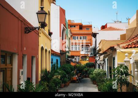 Puerto de la Cruz, Teneriffa, Kanarische Inseln - 30. Mai 2017: Straße in der Stadt mit bunten retro Häuser, Cafés - Stockfoto