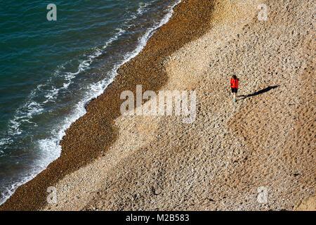Person zu Fuß am Strand, Alum Bay, Isle of Wight, Großbritannien - Stockfoto