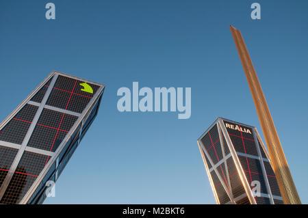 KIO Towers und Obelisk. Plaza de Castilla, Madrid, Spanien. - Stockfoto