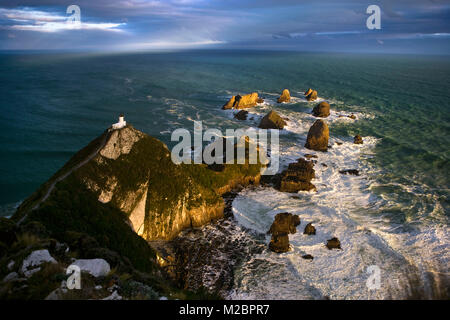 Neuseeland, Südinsel, The Catlins, Nugget Point, Leuchtturm. Sonnenuntergang. - Stockfoto