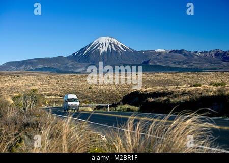 Neuseeland, Nordinsel, Tongariro National Park, Mount Ngauruhoe (2287 m). Camper auf Wüste Straße. - Stockfoto