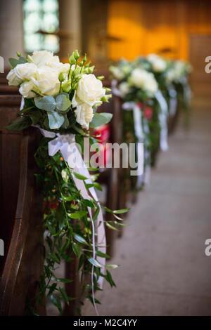 Kirche Banke Mit Hochzeit Blumen Arrangements Von Blumen In Grun Und