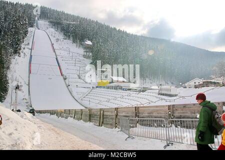Trügerischer Sonnenschein im Schmiedsbachtal - Wegen Sturmboen musste das Training und die qualfikation zum weltcupskispringen - Stockfoto