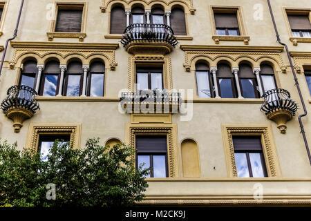 altbau fassade fenster balkone detail stockfoto bild 123028545 alamy. Black Bedroom Furniture Sets. Home Design Ideas