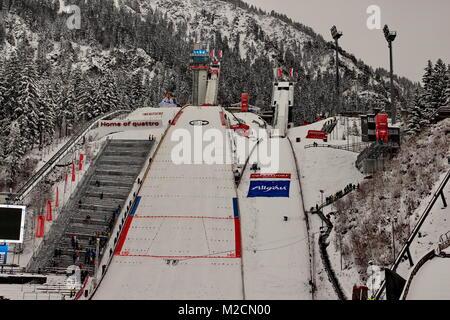 Die Erdinger Arena mit der Skisprungschanze am Schattenberg - Austragungsort der Qualifikation für 63. Vierschanzentournee - Stockfoto