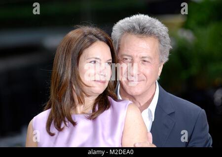 "Dustin Hoffman mit Frau Lisa Gottsegen bei der Premiere des Animations-Filmes ""Kung Fu Panda"" in Berlin am 23.06.2008/Foto: - Stockfoto"