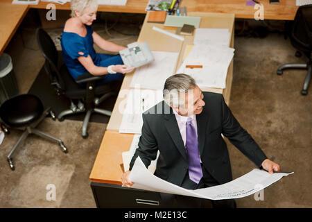 Hohe Betrachtungswinkel von Architekten im Büro - Stockfoto