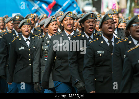 Eine Gruppe von High School junior ROTC Kadetten Sound Off bei einem Spaziergang in der Georgia Veterans Day Parade, - Stockfoto