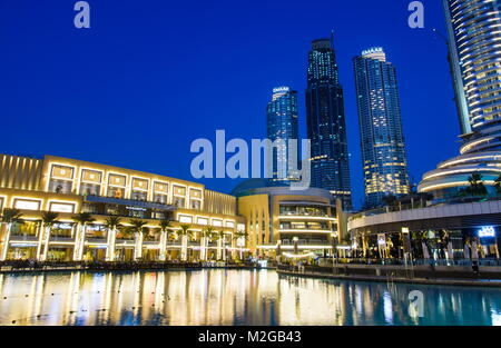 DUBAI, VEREINIGTE ARABISCHE EMIRATE - Februar 5, 2018: Dubai Mall moderne Architektur in den Brunnen an der blauen - Stockfoto