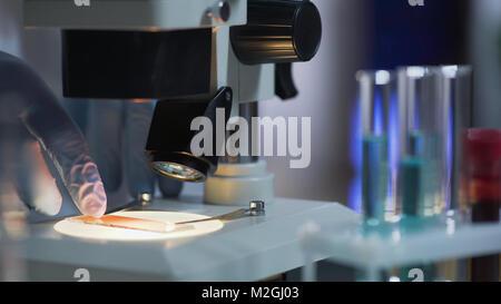 Hände von Laboratory Assistant entfernen Proben von mikroskoptisch, Wissenschaft, Stock Video - Stockfoto