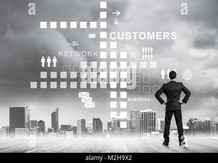Nachdenklicher Blick auf Benutzeroberfläche gegen moderne Cit Geschäftsmann - Stockfoto