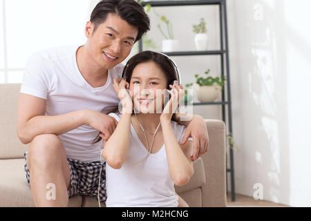 Romantische Liebhaber Musik hören - Stockfoto