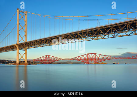 Forth Road Bridge und die Forth Rail Bridge von Port Edgar, South Queensferry, Edinburgh, Schottland - Stockfoto