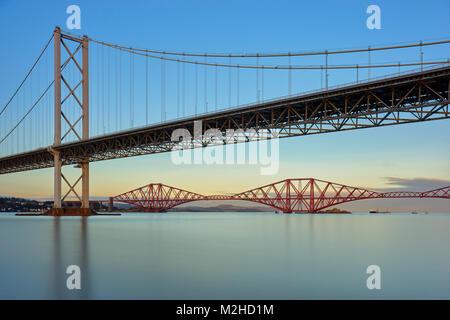 Forth Road Bridge und die Forth Rail Bridge von Port Edgar, South Queensferry, Edinburgh, Schottland - Stockfoto