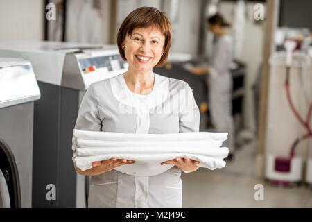 Senior washwoman in der Wäscherei - Stockfoto