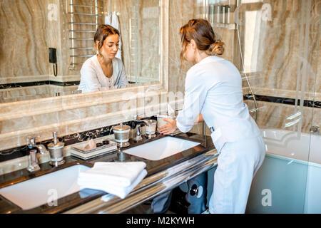 Zimmermädchen im Hotel Bad - Stockfoto