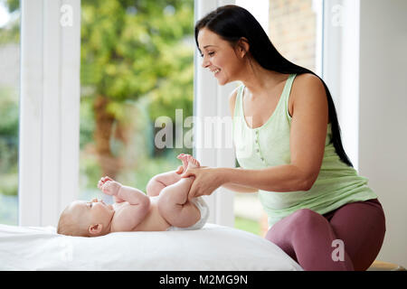 Mutter mit ihrem Baby zu interagieren - Stockfoto