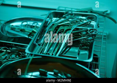 Satz von sterilen medizinischen Instrumenten, in der Klinik oder im Krankenhaus. Medizin, Chirurgie, Notfallkonzept - Stockfoto