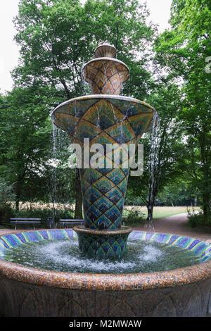 Schöne alte glänzenden Mosaik klassische Form Brunnen mit orientalischen Geometrische traditionelle Muster in Blau. - Stockfoto