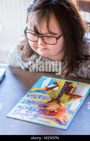 Glückliches Kind mit Down-Syndrom immer bereit, zu helfen. - Stockfoto