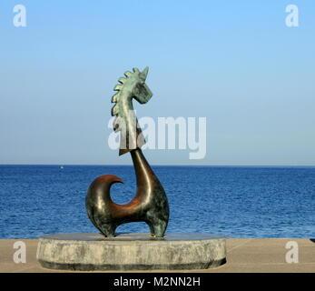 """Puerto Vallarta, Mexiko - Dezember 19, 2013: """"Das Glück Einhorn"""", eine Bronze Skulptur auf dem Malecon, Arbeit von - Stockfoto"""