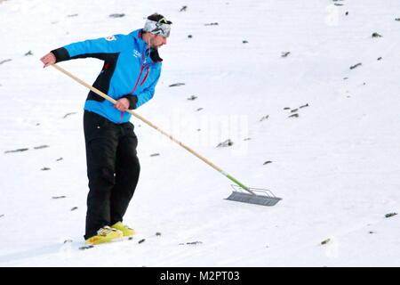 Schanzenpflege bin Schattenberg, Vierschanzentournee Auftaktspringen Oberstdorf 15-16: - Stockfoto