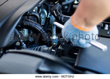 Auto hand Kontrolle Ölstand für die Autopflege Motor und Reisen ...