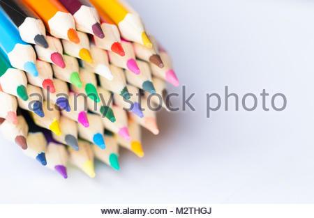 Farbstifte auf weißem Hintergrund. Schließen. - Stockfoto