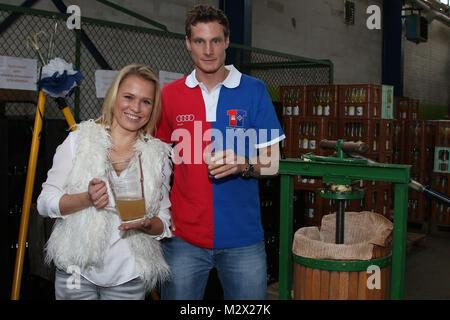 Marcell Jansen (HSV), Nova Meierhenrich (Fictitious character, Moderatorin), Pressetermin 'Das Geld haengt an den - Stockfoto