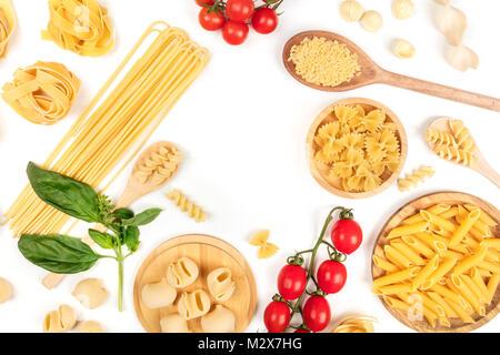 Overhead Foto von verschiedenen Arten von Pasta auf Weiß, bilden Rahmen Stockfoto