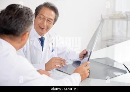 Der Arzt auf die Diskussion von Röntgenstrahlen - Stockfoto