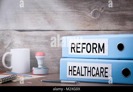 Reform des Gesundheitswesens. Zwei Ordner auf dem Schreibtisch im Büro - Stockfoto