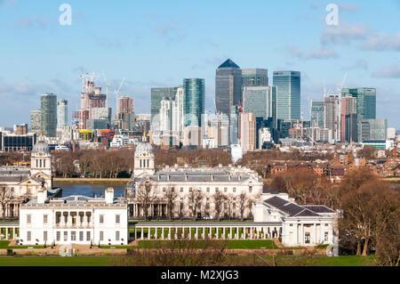 London Docklands & Canary Wharf von Greenwich über den Queen's House & Old Royal Naval College gesehen. - Stockfoto
