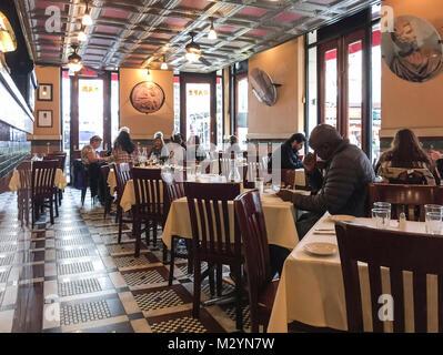 Innere der Grotte Azzurra im Little Italy Nachbarschaft, Manhattan, New York City. Die Menschen essen in einem traditionellen - Stockfoto