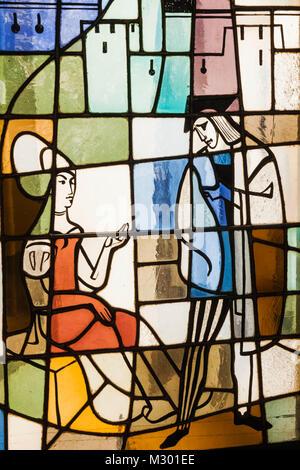 Deutschland, Bayern, München, Marienplatz, Neues Rathaus aka Neus Ratshaus, Glasfenster Ritter und Dame in mittelalterlichen Kostüm Stockfoto