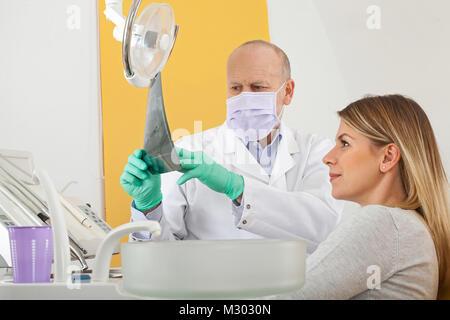 Leitender Arzt und Patientin auf zahnmedizinische Röntgensysteme, bevor Verfahren - Stockfoto